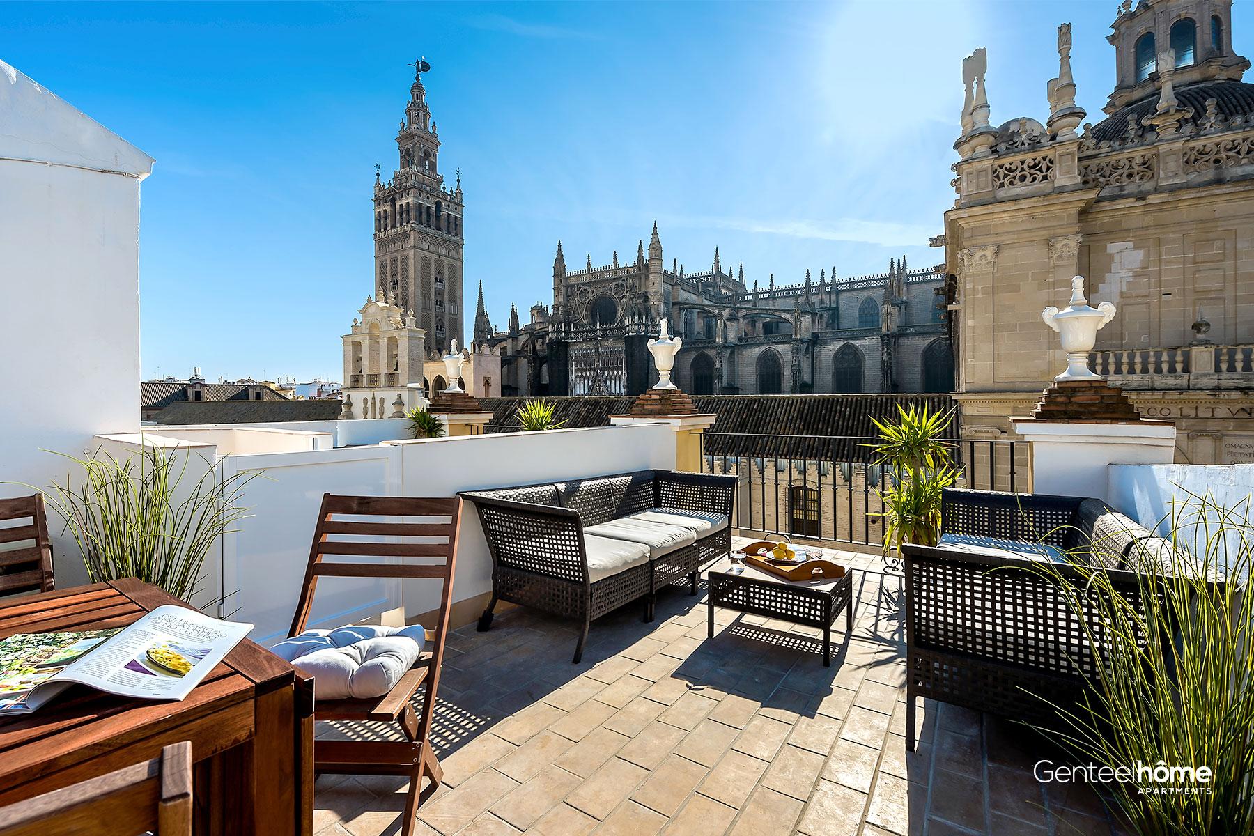"""Vues de la Giralda et de la cathédrale de Séville depuis l'un de nos appartements de la maison de luxe """"APARTAMENTO GENTEEL CATEDRAL TERRACE II"""""""
